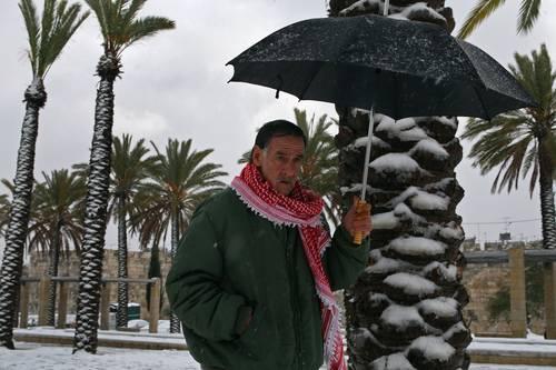 Снег падал, довольно, обильный. Высота снежного покрова к утру достигала около 10-15 см., что для города является существенным. Фото: David Silverman/Getty Images