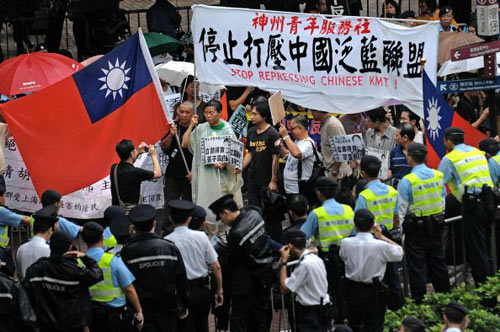 Гонконгський молодіжний центр закликає компартію КНР негайно зупинити репресії членів організації The Chinese Pan-Blue Coalition і звільнити лідерів організації Суня Бо-Ера і Чжаня Цзіліня. Фото: Central News Agency