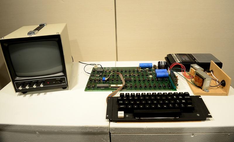 Нью-Йорк, США, 8 июня. На аукционе «Сотбис» будет продан полностью работающий компьютер Apple I. Это первый компьютер серии Apple, изготовленный Джобсом и Возняком в 1976 г. Фото: EMMANUEL DUNAND/AFP/Getty Images