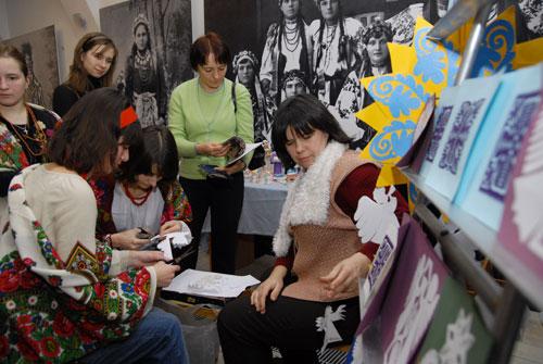 Людмила Проценко проводить майстер-клас по виготовленню різдвяних витинанок. Фото: Володимир Бородін/Велика Епоха