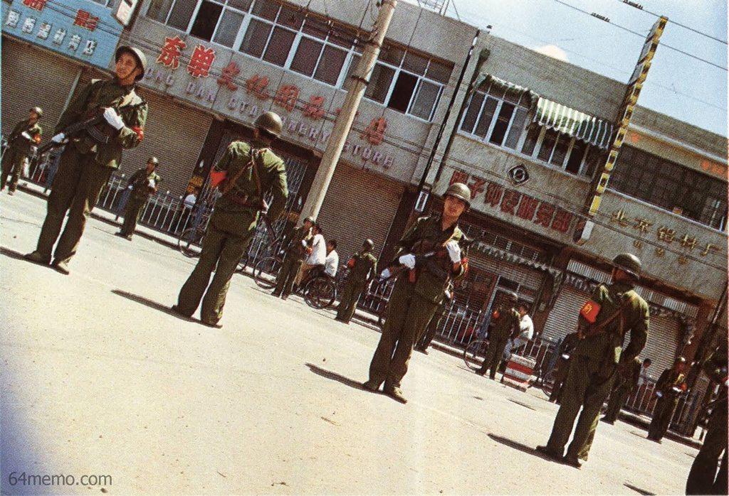 8 июня 1989 г. Вооружённые солдаты патрулируют улицы Пекина. Военное положение в китайской столице было снято только в январе 1990 года. Фото: 64memo.com