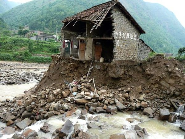 Эвакуация людей уезда Ванмо провинции Гуйчжоу. Фото: AFP