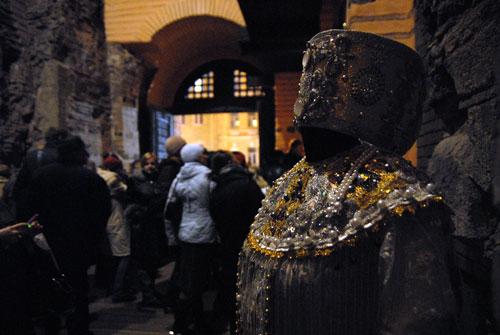 Старинный костюм выставленный на торжественной церемонии открытия Золотых ворот. Фото: Владимир Бородин/Великая Эпоха