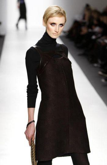 Колекція жіночого одягу осінь/зима 2008 від дизайнера Джоанна Мастроянни (Joanna Mastroianni), представлена 5 лютого на тижні моди від Mercedes-Benz в Нью-Йорку. Фото: Mark Mainz/Getty Images