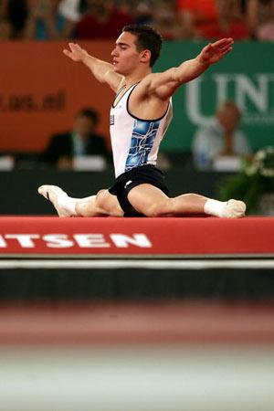 Амстердам, НІДЕРЛАНДИ: Грецький спортсмен Eleftherios Kosmidis виступає під час чемпіонату Європи із спортивної гімнастики. Фото ARIS MESSINIS/AFP/Getty Images