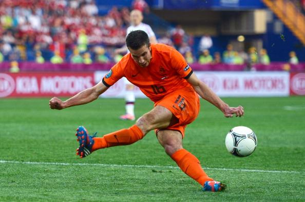 Робин ван Перси из Голландии промахивается по мячу в матче Дании против Голландии 9 июня 2012 года в Харькове. Фото: Lars Baron/Getty Images