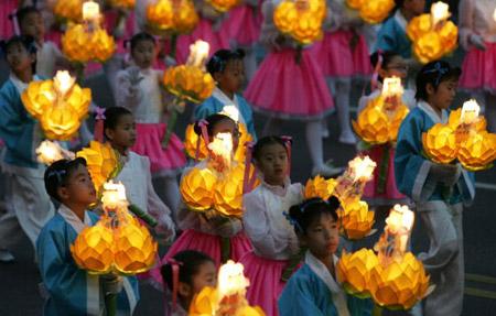 Когда Будда был жив, чтобы засвидетельствовать ему почтение, люди приносили цветы, фимиам  и зажигали фонари. Фото: Chung Sung-Jun/Getty Images