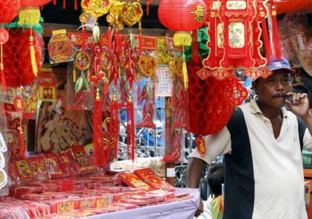 Индонезия. Графство Дангелан. Торговец, продающий плакаты с изображением времен года. Фото: Adek Berry/AFP