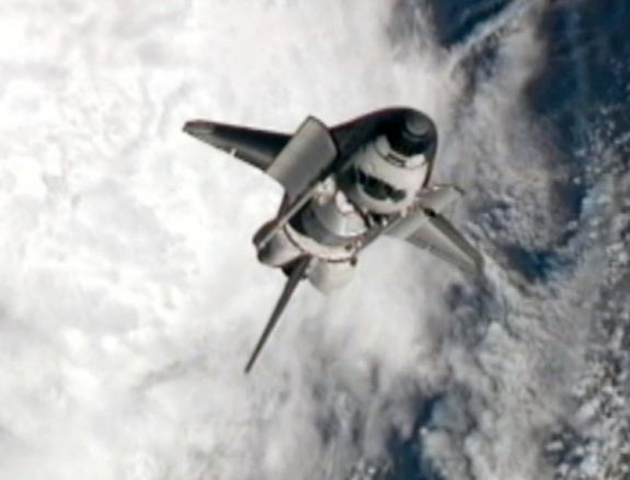 Шаттл Atlantis совершает маневр Rendezvous Pitch – обратный переворот – чтобы позволить членам экипажа сделать качественные фотографии тепловых панелей. Фото: NASA via Getty Images