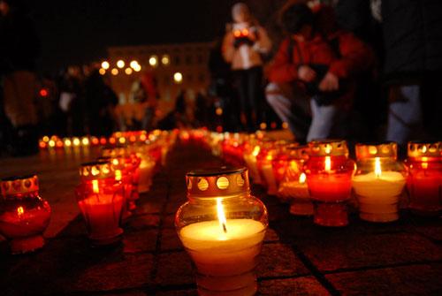 На пам'ять жертв Голодомору на Михайлівській площі засвітили 33 тис. свічок. Фото: Володимир Бородін/Велика Епоха