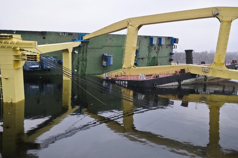 Строительный кран упал в Киеве на строительстве моста. Фото: Владимир Бородин/The Epoch Times Украина