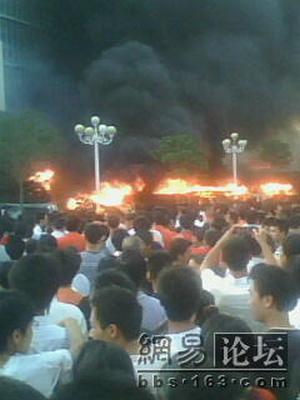 Протестующие подожгли здание полицейского управления, а также перевернули и подожгли несколько десятков полицейских машин. Фото с epochtimes.com