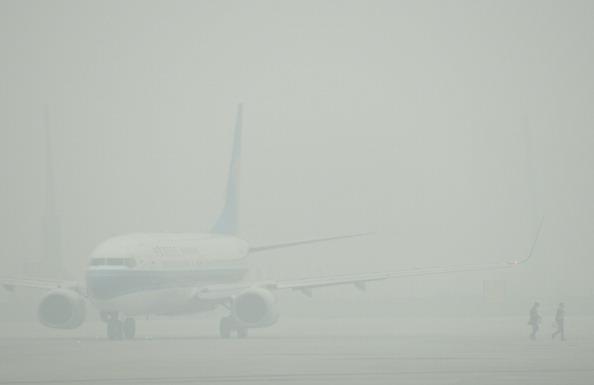 Літак ледь можна побачити крізь смог у Шанхаї, 5 грудня 2013 р. Фото: PETER PARKS/AFP/Getty Images