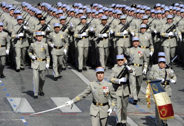 Члены действующей французской Национальной школы унтер-офицеров маршем прошли по Елисейским полям во время ежегодного дня взятия Бастилии. Парад в Париже 14 июля 2011 года. Фото: Getty Images
