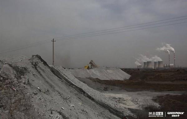 Вугільний попіл скидають у купи під відкритим небом. Фото: epochtimes.com