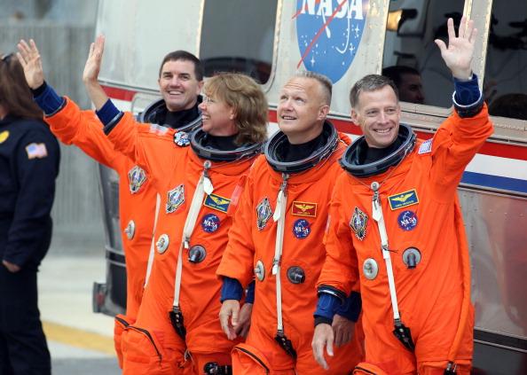 Екіпаж шатла біля автобуса обслуговування Astrovan. Фото: Robert Sullivan STR/AFP/Getty Images