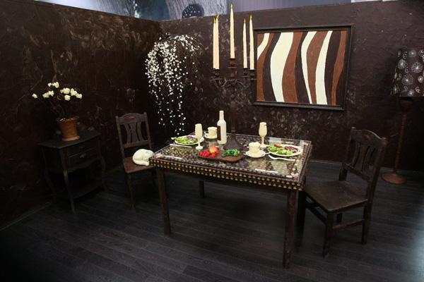 Все в кімнаті, включаючи меблі, декорації, свічки і кота, зроблено з шоколаду. Фото:PETRAS MALUKAS/AFP/Getty Images