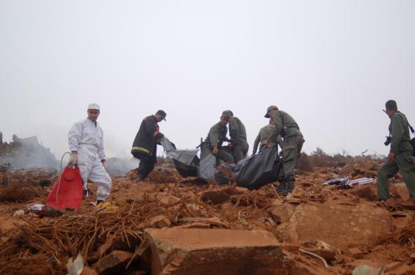 На місці катастрофи рятувальникам вдалося знайти двох людей у важкому стані, яких доставили до лікарні. Зараз джерело з лікарні повідомив AFP, що ніхто з них не вижив через численні травми. Фото: Getty Images