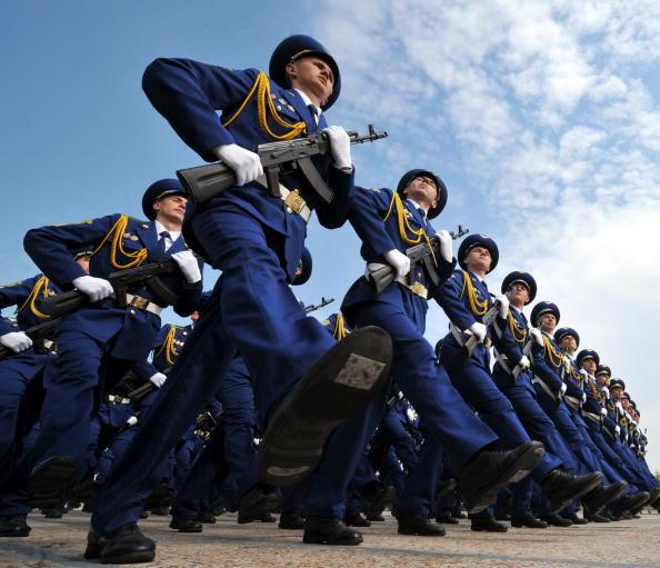 Янукович поздравил Ющенко и всех защитников Отечества