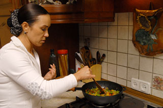 Стелла Захарова тушит овощи для шведского пая. Фото: Владимир Бородин/Великая Епоха
