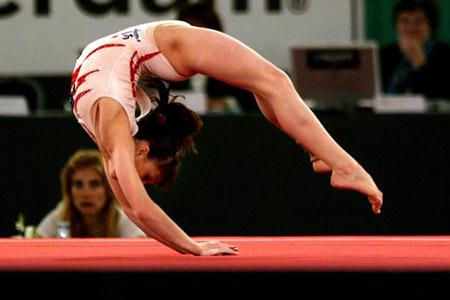 Амстердам, НІДЕРЛАНДИ: Італійка Vanessa Ferrrari виступає під час чемпіонату Європи із спортивної гімнастики . Фото ARIS MESSINIS/AFP/Getty Images