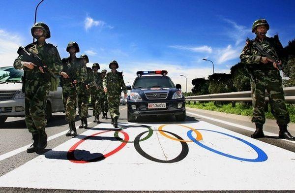 12 липня. Пекін. Спеціальні загони поліції в повній бойовій готовності цілодобово чергують на «олімпійських трасах». Фото: AFP/AFP/Getty Images