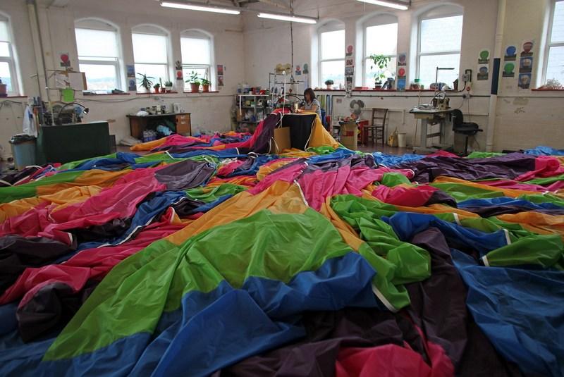 Бристоль, Англия, 26 июня. Работница старейшей в стране фабрики по производству воздушных шаров Cameron Balloons занята изготовлением оболочки шара. Фото: Matt Cardy/Getty Images