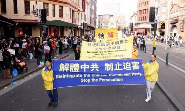 Участники шествия несут плакаты, призывающие остановить репрессии Фалуньгун в Китае. Сидней. Австралия. 16 мая. Фото: Ло Я/The Epoch Times