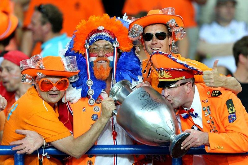 Харьков, Украина, 13 июня. Евро-2012, матч Голландия — Германия. Голландские фанаты надеются на победу своей команды. Фото: Ian Walton/Getty Images