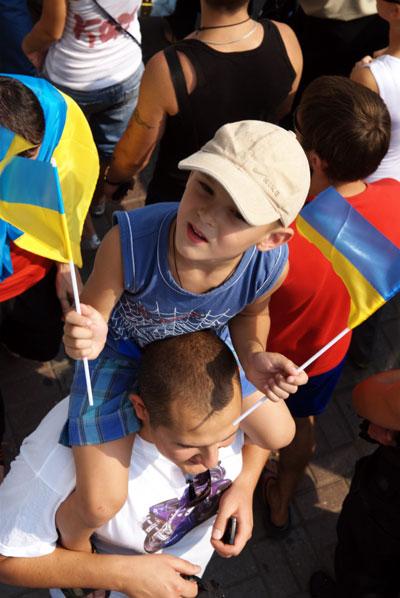 Зрители на параде войск в Киеве по случаю 17 годовщины Дня независимости Украины. Фото: Владимир Бородин/The Epoch Times