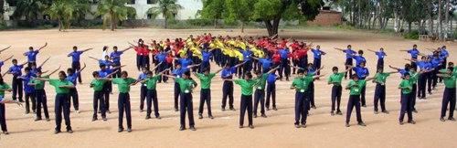 Школьники разучивают упражнения Фалуньгун. Фото: minghui.org