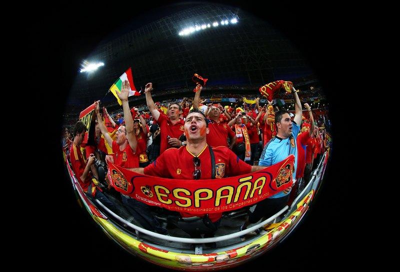 Донецк, Украина, 23 июня. Евро-2012, матч Испания — Франция. Испанские болельщики поддерживают свою команду. Фото: Alex Livesey/Getty Images