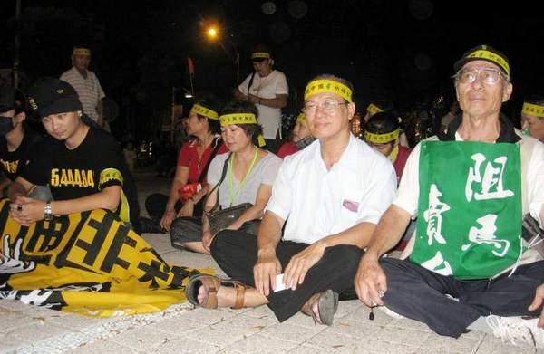 Сидячая акция протеста против политики правительства Тайваня, направленной на укрепление отношений с китайской компартией. Фото: ЦАН