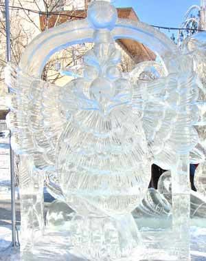 На фото показаний зроблений з льоду птах. Фото: Іван Поляков/Велика Епоха