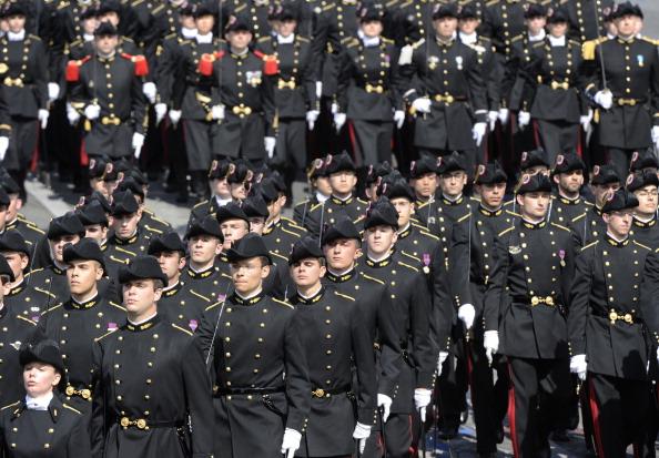 Французские курсанты специальной военной политехнической школы маршем прошли по Елисейским полям во время ежегодного дня взятия Бастилии. Парад в Париже 14 июля 2011 года. Фото: Getty Images