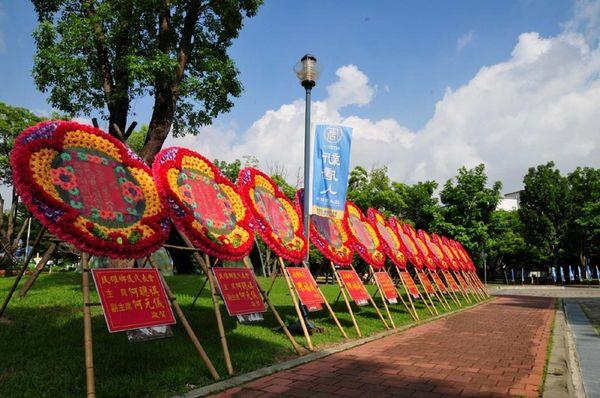 Численні вітальні букети квітів від чиновників Тайваню, покладені вздовж дороги, що веде до входу в концертний зал. Фото з epochtimes.com