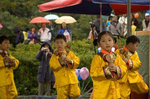 Юні послідовники «Фалуньгун» виконують танець. Фото: Ван Женцзюнь/Велика Епоха