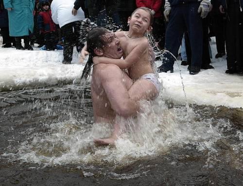 В России 19 января православные верующие отпраздновали Крещение традиционным купанием. Фото: MICHAEL ECKELS/AFP/Getty Images