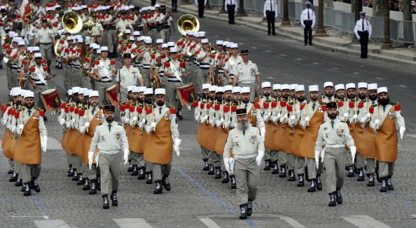 Военно-строительный легион первого иностранного полка маршем прошли по Елисейским полям во время ежегодного дня взятия Бастилии. Парад в Париже 14 июля 2011 года. Фото: Getty Images