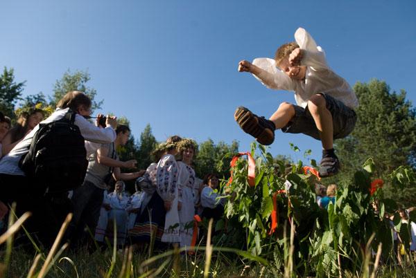 Один з Купальських обрядів - стрибки через жаливу. Фото: Володимир Бородін/The Epoch Times