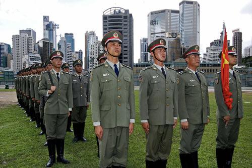 Китайская народная освободительная армия готовится к торжественному празднику - 10-й годовщине присоединения Гонконга к Китаю. Фото: Великая Эпоха
