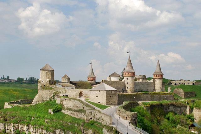 Загальний вид на замок у Кам'янці-Подільському. Фото: Simm / commons.wikimedia.org