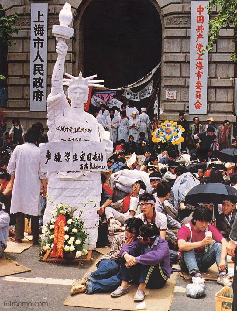 19 травня 1989 р. У Шанхаї студенти, які беруть участь в акції голодування напроти будівлі уряду, сконструювали статую Свободи. Фото: 64memo.com
