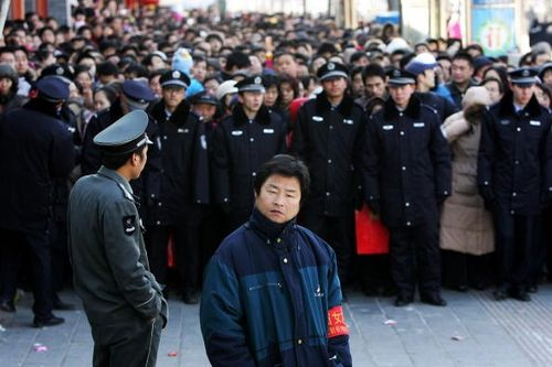 7 февраля на китайский Новый год, в храм Юнхэгун для возжигания свечей пришло слишком много людей, милиция стала стеной и ограничили людям доступ к храму. Фото: Guang Niu/Getty Images