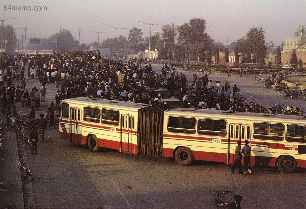 21 мая 1989 г. Люди, поддерживающие студентов, заблокировали проезд и остановили около двухсот армейских машин с солдатами. Фото: 64memo.com