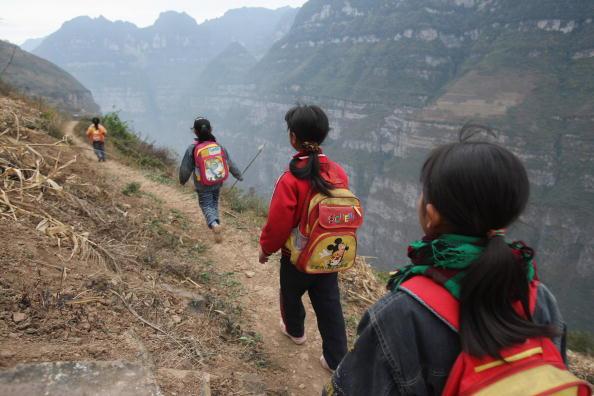 Дети уезда Ханьюань провинции Сычуань идут в школу. 17 ноября 2008 г. Фото: Guang Niu/Getty Images