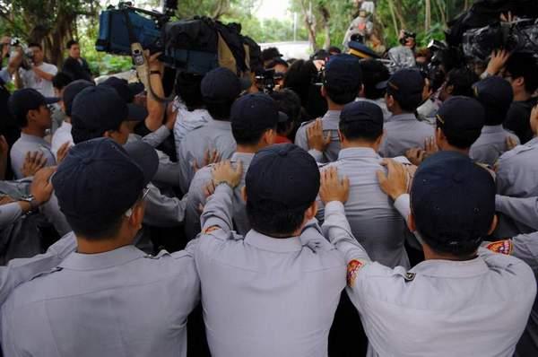 Протестующие попытались мирно оттеснить полицию и дать им возможность выразить свои требования. Фото: ЦАН