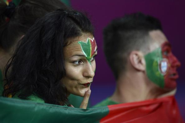 Португальская девушка до матча своей сборной против Голландии, 17 июня 2012 года в Харькове. Фото: FILIPPO MONTEFORTE/AFP/Getty Images
