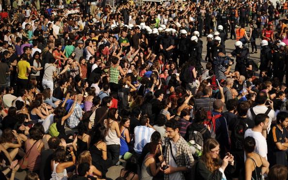 Столкновение демонстрантов с полицией в Барселоне. Фото: David Ramos/Getty Images