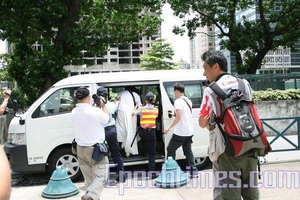 Учасницю Естафети Чен Цзіншао також без будь-яких пояснень посадили в машину і відвезли в поліцейське відділення. Фото: Ан Чі/The Epoch Times